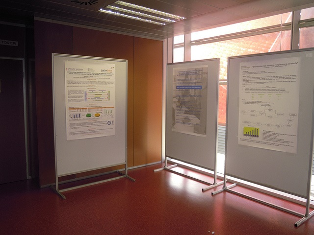 Foto de tres de los pósters presentados formando una esquina