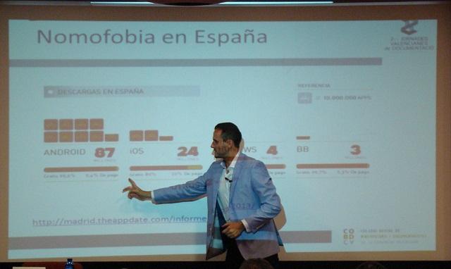 Foto de David Maniega impartiendo el seminario sobre web móvil