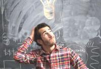 Foto de un joven cuestionándose qué hacer