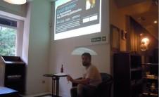 Foto de Daniel Monleón realizando su charla en Contan's La Teua (Café Bombón, Valencia)