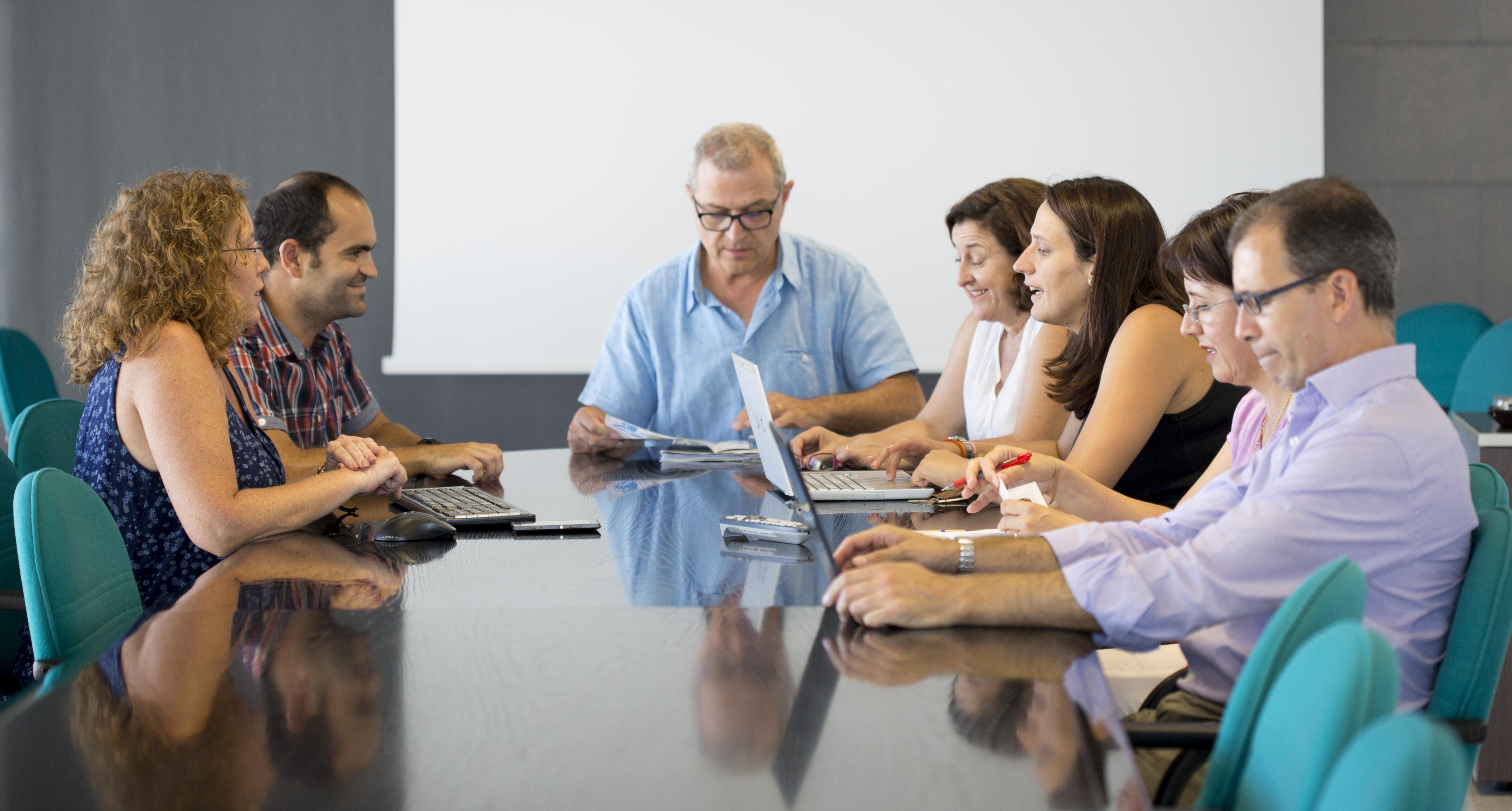 Foto de reunión de la Junta de Gobierno y el equipo de administración