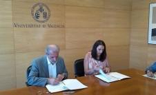 Foto de la firma del convenio entre la Universitat de València y el COBDCV