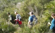 Foto de excursionistas descendiendo una ladera